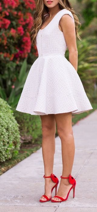 robes blanches chaussures corail