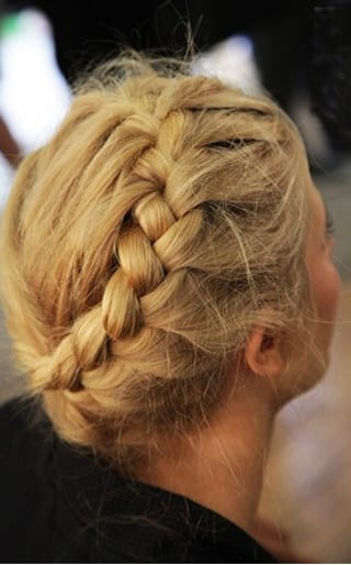 Un peigne et une brosse à cheveux \u2022 Des épingles à chignon \u2022 Un élastique  fin de la couleur de vos cheveux