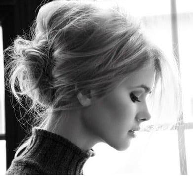 Placez vos cheveux en arrière comme si vous alliez faire une queue de  cheval. Selon votre envie, placez votre raie sur le coté ou au milieu.