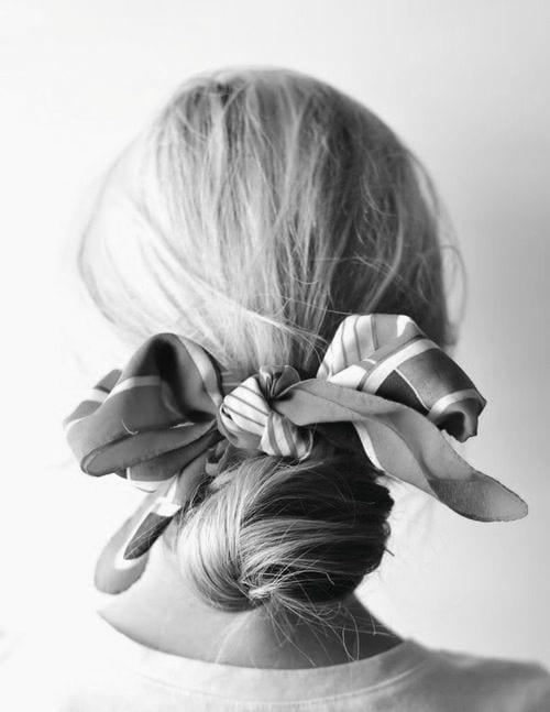 Plus sophistiqué, vous pouvez venir l habiller d un élastique ornementé ou  d un bijoux de cheveu sur le coté. N hésitez pas à accessoiriser votre  chignon. ae013a1afdb