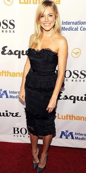 Sienna Miller en robe de soirée noire