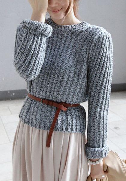 5b313fbeddb2 Optez pour une couleur neutre que vous pourrez porter avec toutes vos robes    un pull en cachemire gris