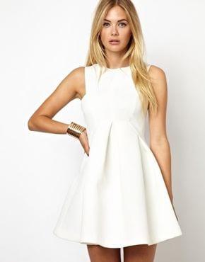 robe blanche silhouette en V