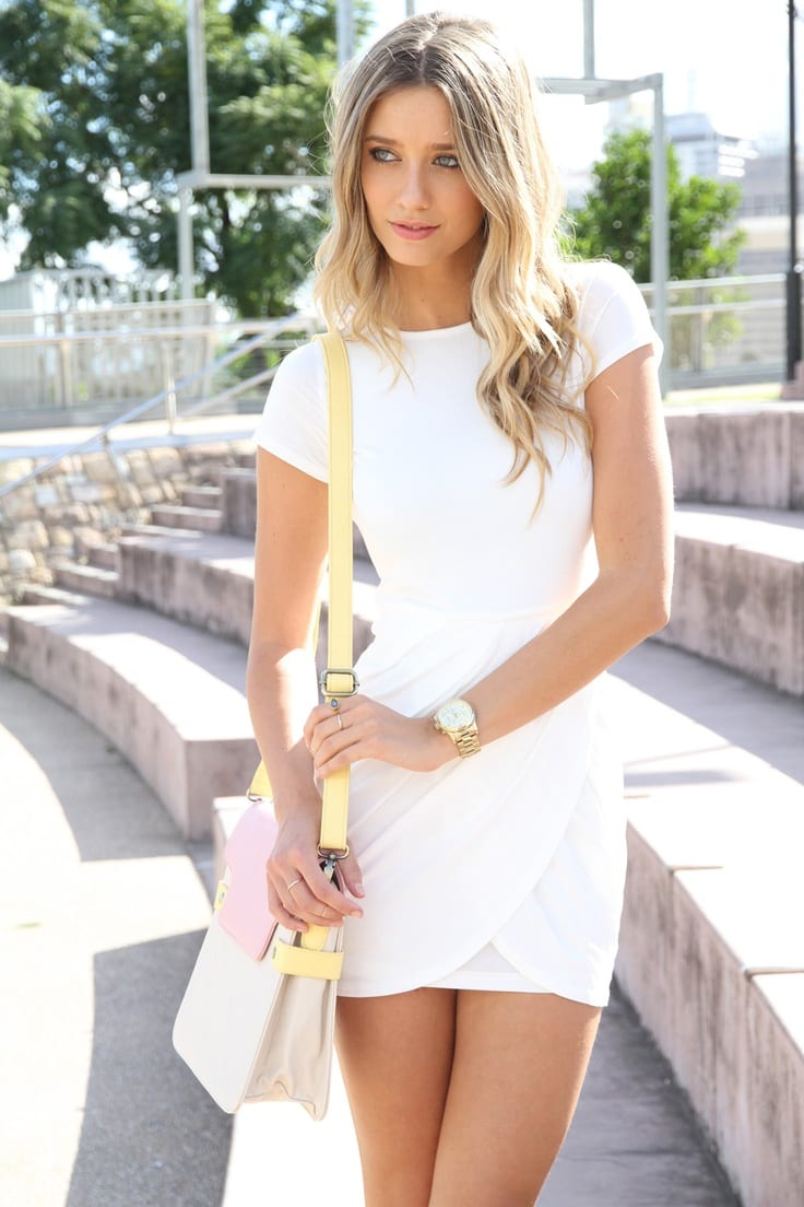Originale avec une robe blanche journee 2