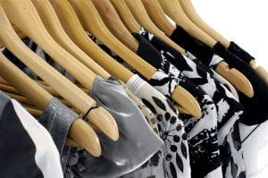 vêtements-sur-cintres