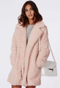 manteau-fourrure-bouclée-rose-poudré