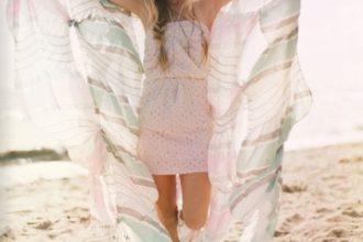 Comment porter le paréo à la plage?