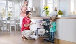 Enfant lave-vaisselle