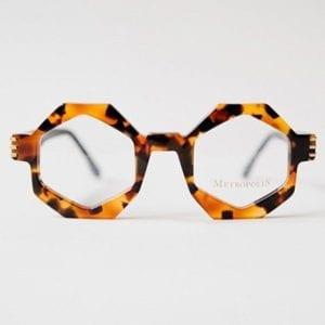 9766fd05c6c42c Une personne effacée, timide a peu de probabilités de retenir des lunettes  rouges en œil de chat !