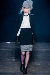 défilé de mode femme en noir