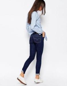 chemise bleue jean retroussé