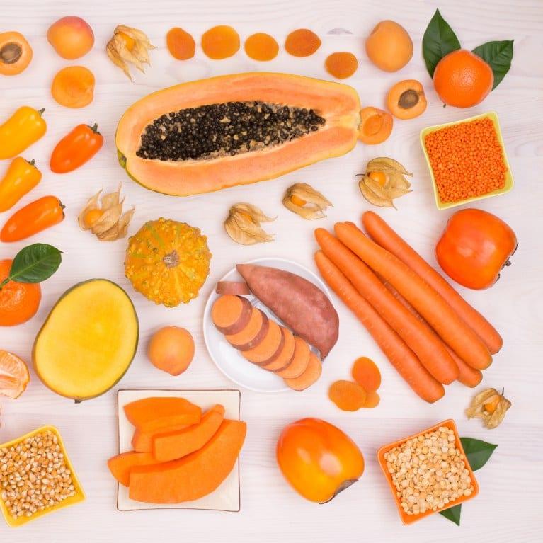 teint hâlé en mangeant des fruits oranges